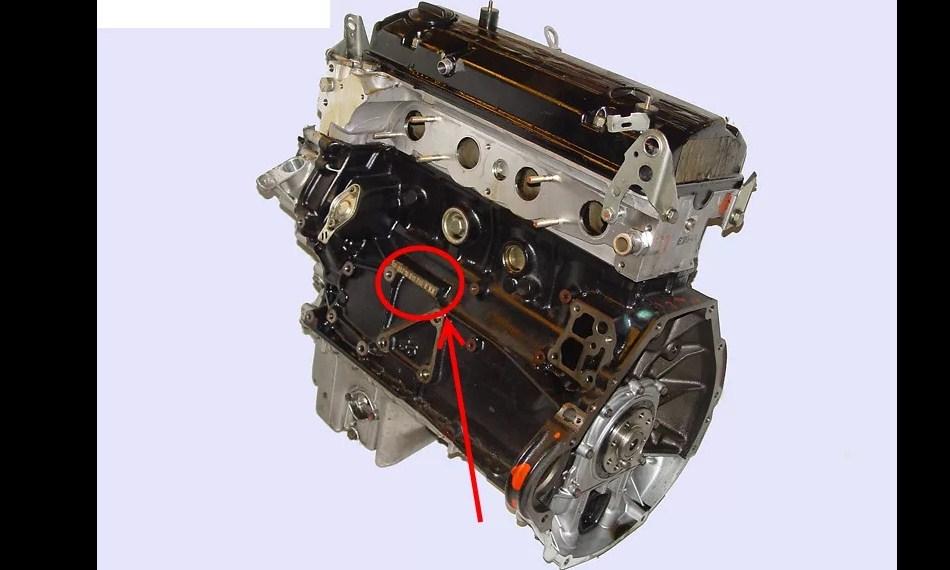 Вариант расположения номера на двигателе Mercedes
